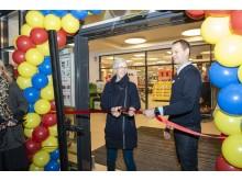 Borgmester Kirsten Jensen og Butikschef René Gaarden klippede det røde bånd over og åbnede officielt for Lidls butik nr. 117 i Danmark.