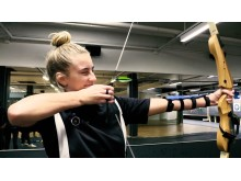 Penny testar bågskytte närbild