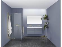 Duscha i bara mässingen - badrum i kvällshimmelsblå med detaljer i mässing