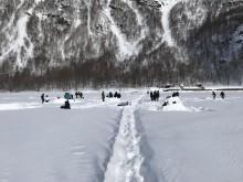 Fine forhold for isfiske. Her skoleelever fra Sørfold på Hellarmovatn i Sulitjelma.