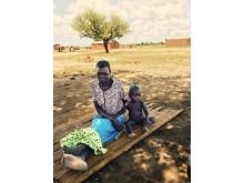 Malawi:  Klokken er næsten 12, men Annie og hendes 1 år gamle barnebarn har endnu ikke spist noget.