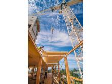 Bjälklaget av limträ (CLT) monteras vid University of British Columbia.
