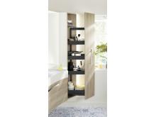 Die Sys30-Ecklösung von burgbad ist ein Möbel, das Waschtisch, Schränke, Spiegel und Beleuchtung zu einer kompakten Einheit zusammenfasst.