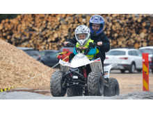 Barn testar 4-hjulinar på Märsta Förenades Barnens Dag