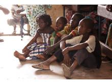 Barn tittar på film om malaria
