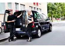 Mattias Bodi, servicetekniker och Sofie Bondesson, koordinator vid en av AET:s servicebilar.