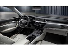 Audi e-tron interiør med orange e-tron detaljer