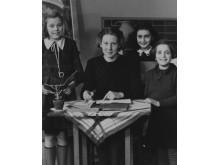 Anne med sin fröken och två klasskamrater,  1940 .
