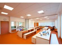 Klasserom i varmhvitt lys