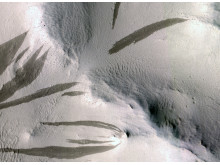 Strimmor på Mars tecken på mer vattenaktivitet på Mars