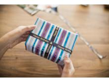 Tulosta satiininauhalle oma tervehdyksesi ja saat aikaan persoonallisen lahjapaketin