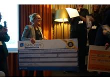 Emelie Törn från easyFairs  med  prischecken