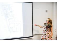 Linda Ekman, landskapsarkitekt 02 Landskap presenterar skisserna för takterrassen. Foto: Veidekke Bostad