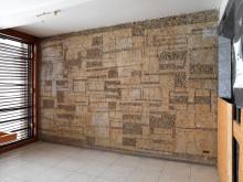 Odd Tandberg, veggarbeid i sandblåst betong, Regjeringsbygningen, trapperom 5. etasje