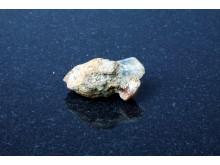 Bergkristall och rosenkvarts i rostigt järn