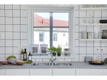 Fönster över diskbänken gör hushållsbestyren mycket roligare, och ljusare