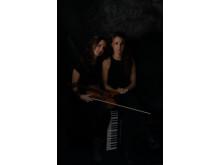LISAS - Lisa Rydberg, fiol, och Lisa Långbacka, accordeon, spelar i Bror Hjorths ateljé