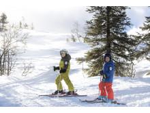Børn på ski i Stöten