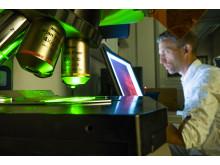 David-Engblom-mikroskop-datorskarm_1010444