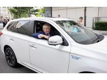 Boris Johnson (Bürgermeister von London) bei der ersten Probefahrt im Plug-in Hybrid Outlander  in Tokyo