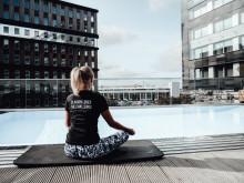 Yoga på poolterrassen