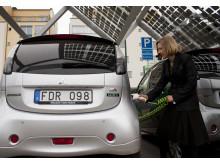 Karolina Skog laddar elbil i Malmös första solcellsparkering