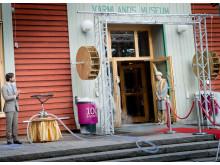 H.K.H. Prins Carl Philip inviger 1001 Inventions med Värmlands Museums specialkonstruerade anordning