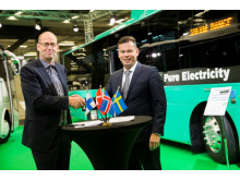 Fyra elbussar sålda. Johannes Runarsson, CEO, Straeto skakar hand med Benedikt G. Gudmundsson, General Manager of North Europe, Yutong efter avslutad affär.