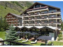 Mirabeau Haupthaus & Terrasse Sommer ©Hotel Mirabeau & Alpine Spa Residence Zermatt