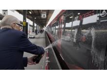 Ingvar Oldberg döper MTR Express tåg Ingvar med champagne.