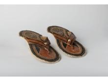 Sandaler i klip-klap model fra Nigeria – Tuxens samling, 1978. Foto: Moesgaard Museum