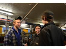 3 Elever i ladugård samtalar