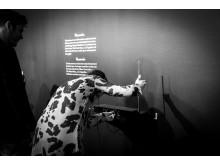 En besökare lyssnar på theremin