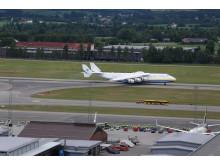 Antonov AN-225 har landet