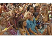 Børn griner ved Pjerrots hus
