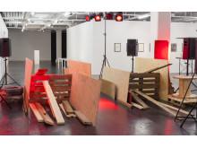 Jakob Jakobsen och Anders Remmer, Byggeren ger sig aldrig: en radiopjäs om kravaller och rätten till staden, 2011/2013, installation med ljud, byggmaterial.
