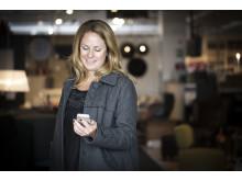 Kvinna i mobil handel