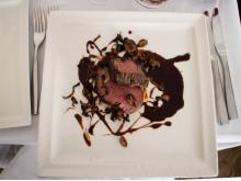 Grillad trancherad oxfilé med sauterad Karl-Johan svamp och ostronskivling, potatiskaka och rödvinsreduktion