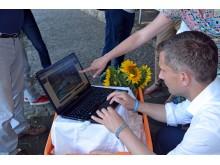Staatsminister Martin Dulig lässt sich die Internetseite erklären