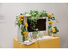 Bild på dator med blommor - ett verk från utställningen In My Backyard