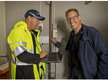 Kommunalrådet Peter Kärnström (S) kopplar in Tomas fiber med hjälp av installatören Jerk Staffansson