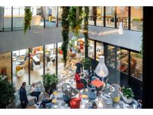 Offene Gestaltung des Empfangs- und Restaurant/Bar-Bereichs im neuen Novotel Wien Hauptbahnhof über zwei Stockwerke