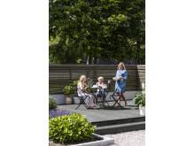 Gjør terrassen til et koselig uterom. Her beiset i fargen 0683 Sotgrå TREBITT Terrassebeis