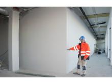 - Det går svært raskt å bygge med disse blokkene. Det er ikke muring, men enkel montering med lim, sier Murmester Gunnar Skoli, TKS-Bygg AS.