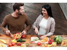 Paar beim vegetarischen Kochen