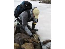 Arkeolog Erik Sandén undersöker område i Tärnafjällen som nu blottas från snö och is.