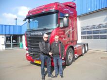 Jens Peder Nielsen går på pension og leverer ny bil til sin første kunde