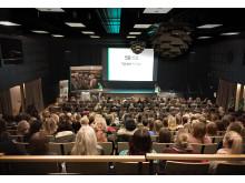 300 tjejer kom på informationsträff om Derome och den nya volymhusfabriken i Värö, utanför Varberg.