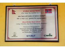 Plakett - Utviklingsminister Nikolai Astrup åpnet Shree Devitar Basic School i Dolakha i Nepal