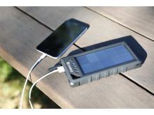 Solcellsladdad powerbank - miljö, med iPhone